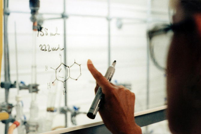 AstraZeneca cere aprobarea de urgență a unui nou medicament