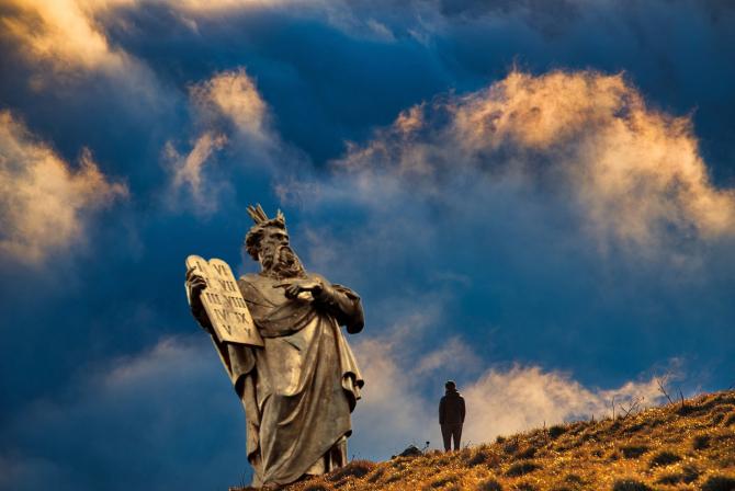 Bombă biblică: Arheologii descoperă muntele unde Moise a primit cele 10 porunci
